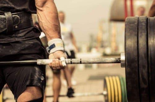 Mand løfter vægt som en del af crossfit