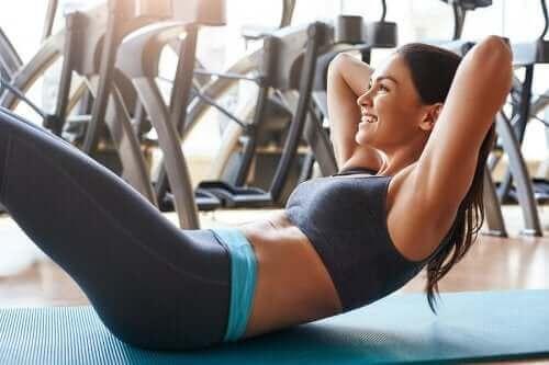 Sådan kan du træne maven uden at skade ryggen
