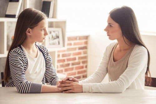Mor og datter taler sammen