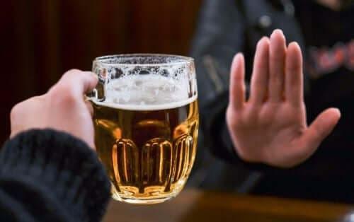 Person siger nej til øl som resultat af at anvende antabus