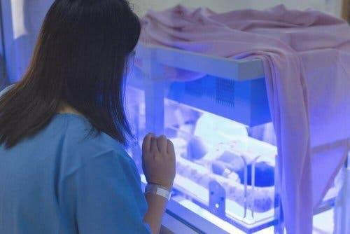 Gulsot hos babyer behandles med lysbehandling