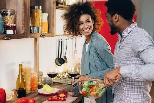 Par, der laver mad sammen, opnår velvære i parforholdet