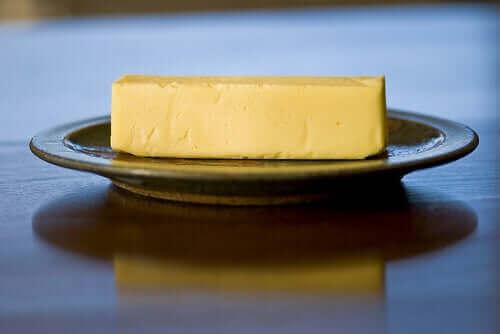Smør på tallerken