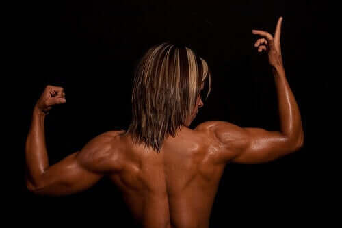 Stærk kvinde ses bagfra