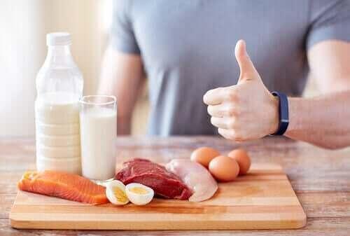 Mand med proteinrige fødevarer illustrerer ernæring og nyresvigt