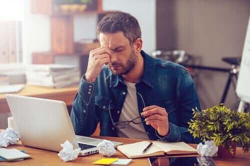 Mand på kontor tager sig til hoved grundet ferie blues