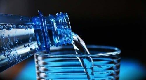 Vand hældes op i et glas