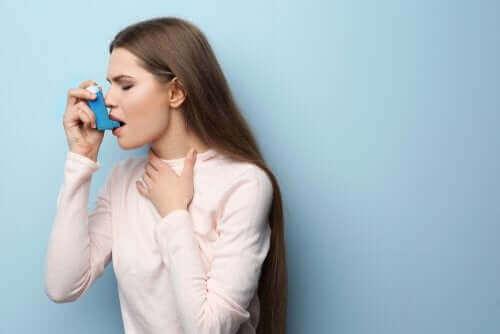 Kvinde tager astmamedicin i form af terbutalin
