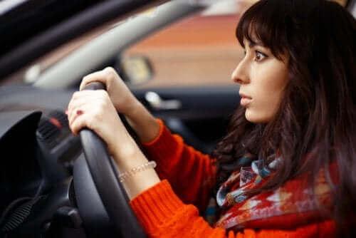 Angst kvinde i bil