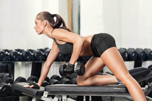 Kvinde i fitnesscenter vil bekæmpe en stillesiddende livsstil
