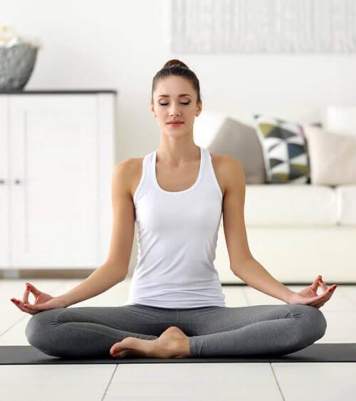 Kvinde mediterer og drager nytte af effekterne af vejrtrækning på hjernen