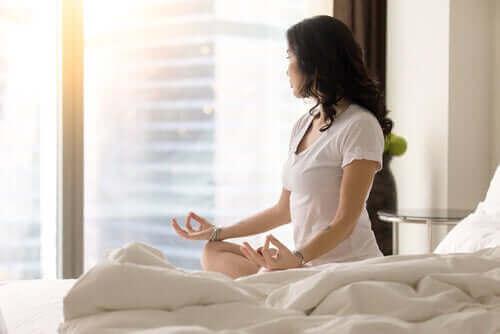 Kvinde mediterer for at skabe en vane