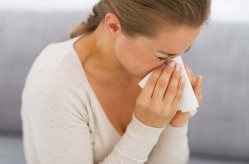 Kvinde nyser på grund af allergi