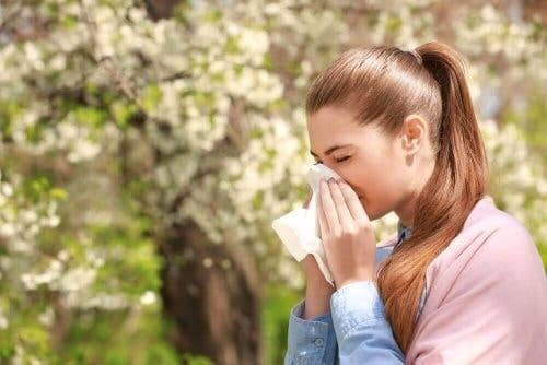 Kvinde nyser grundet for meget slim i halsen