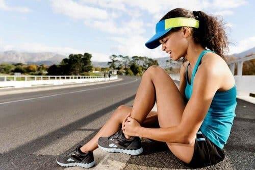 Kvinde med ondt i ankel illustrerer forholdet mellem motion og menstruationscyklussen