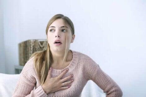 Kvinde med ondt i brystet