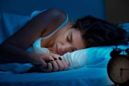 Kvinde nyder en bedre søvn om natten