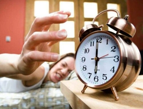 Kvinde er vred på vækkeur og hvordan sommertid kan påvirke kroppen