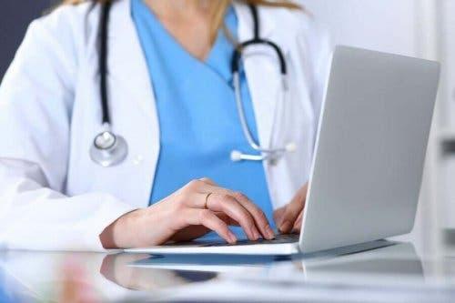 Læge ved computer