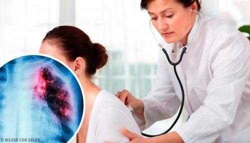 Læge tjekker patients lunger