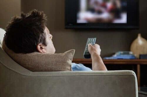 Mand ser fjernsyn