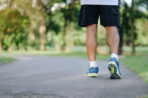 Mand går en tur for at bekæmpe en stillesiddende livsstil