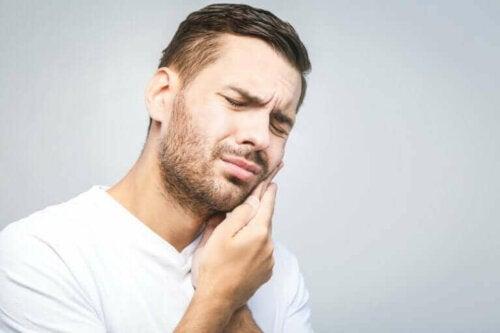 Mand med tandpine