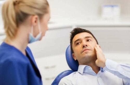 Mand i tandlægestol er klar til fjernelse af visdomstænder