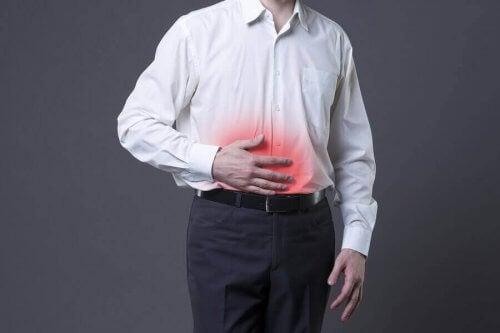 Mand med ondt i maven