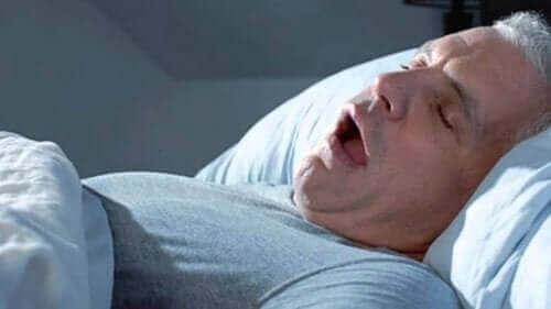 Mand sover med åben mund, da han ofte vågner op træt