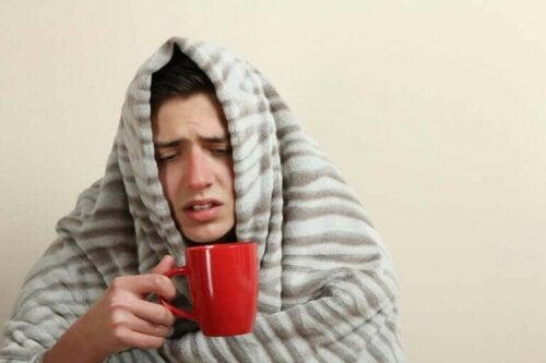 Syg person med tæppe om sig