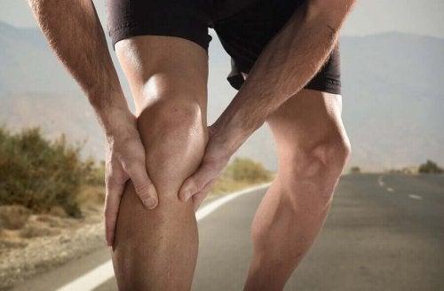 Mand på vej oplever kramper i benene