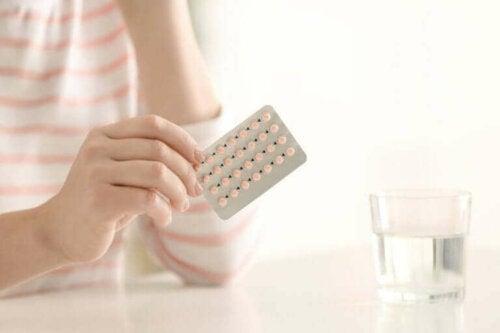 Kvinde med en pakke p-piller i hånd
