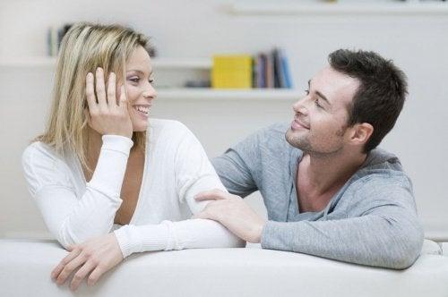 Par i sofa nyder et kærligt forhold