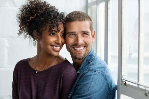 Par smiler og nyder et kærligt forhold