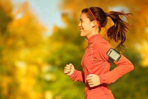 Kvinde motionerer for at vise forholdet mellem fysisk motion og menstruationscyklussen