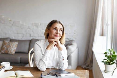 Smilende kvinde tænker over at skabe en vane