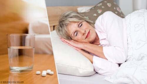 Kvinde med sovepiller på natbord