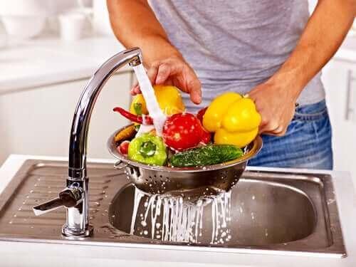 Person vasker grøntsager