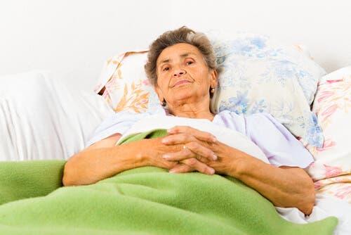 Ældre kvinde i seng