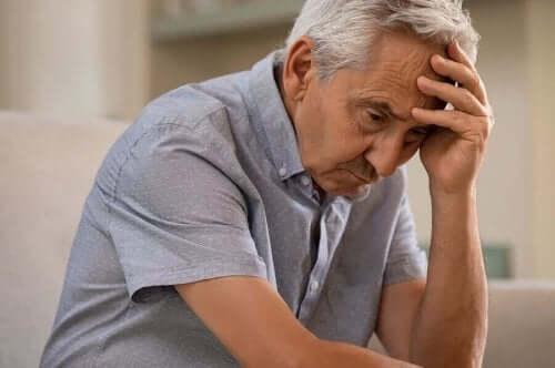 Ældre mand tager sig til hovedet grundet glemsomhed