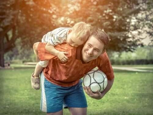 Far og søn med fodbold