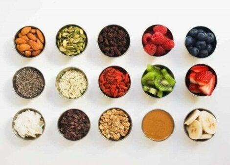 Forskellige typer frugter i små skåle