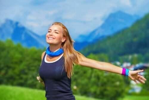 Kvinde smiler blandt bjerge