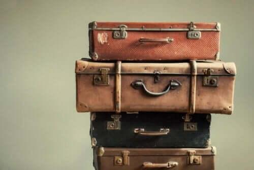 Kufferter stablet ovenpå hinanden