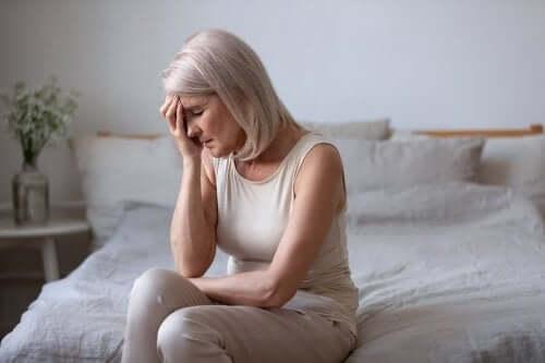 Kvinde med hovedpine oplever symptomer på perimenopause