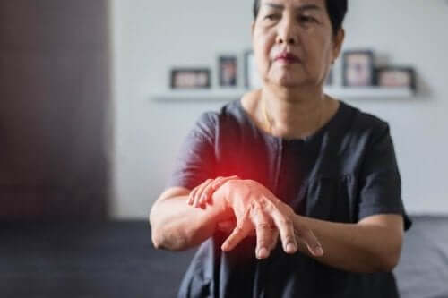 Kvinde med ondt i armen