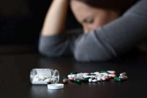 Kvinde med piller, der kan føre til døsighed