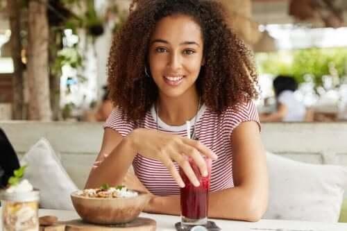 Kvinde spiser morgenmad