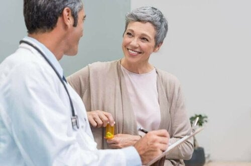 Kvinde snakker med læge om behandling af perimenopause